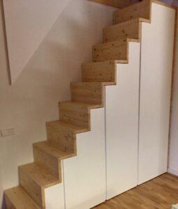 Armario bajo escalera, lacado blanco.